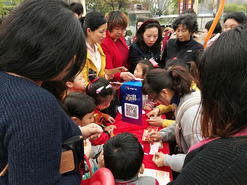 桂林皇家精英幼儿园春意宜人,秀我风采活动在兴进广场冒雨举办