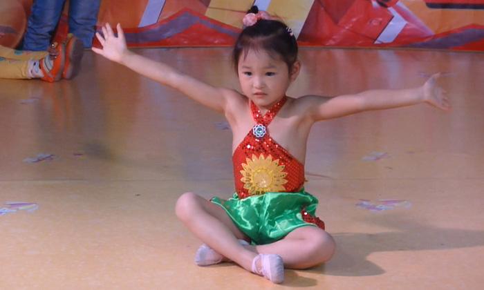 覃任岑小朋友表演的一休哥舞蹈